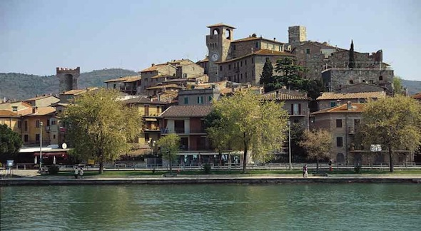 Lago-Trasimeno_Passignano-sul-Trasimeno_panorama-borgo-e-rocca